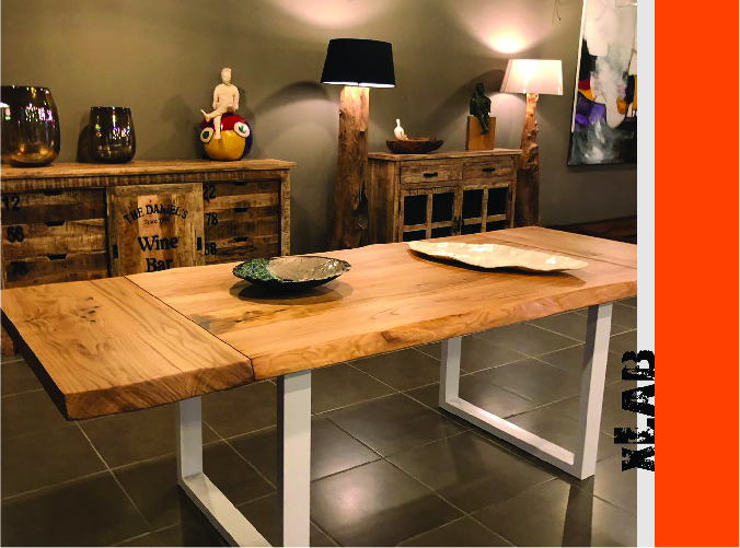 Tavolo in legno massello con gambe bianche dello showroom di Xlab