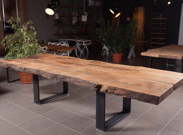 Tavolo in legno massello nello showroom di Xlab
