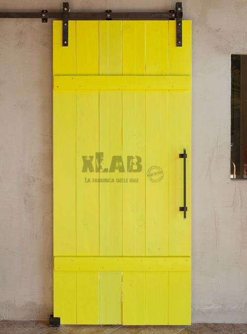 Porta scorrevole legno colore giallo completa di binario scorrevole e maniglia in ferro