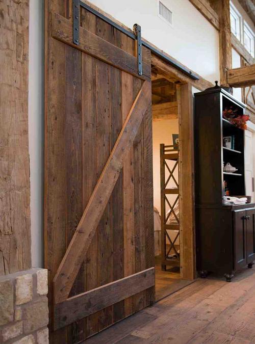 Porta scorrevole legno grezzo di stile industriale completa di binario scorrevole