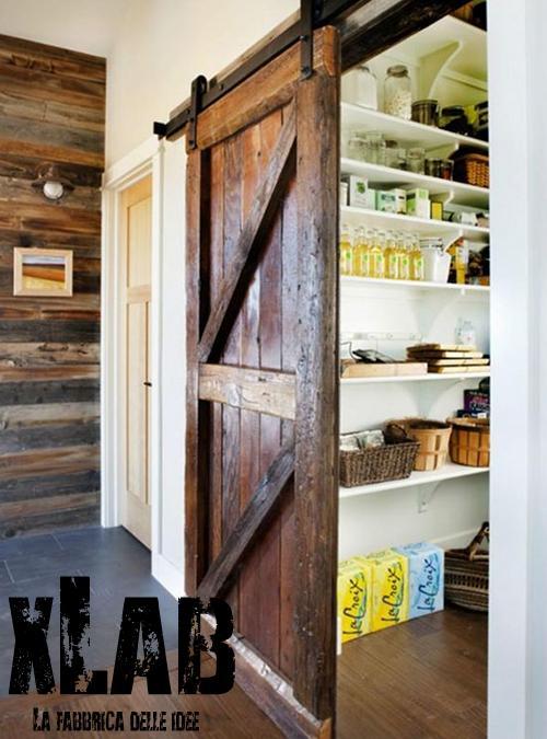 Vecchia porta scorrevole in legno stile vintage