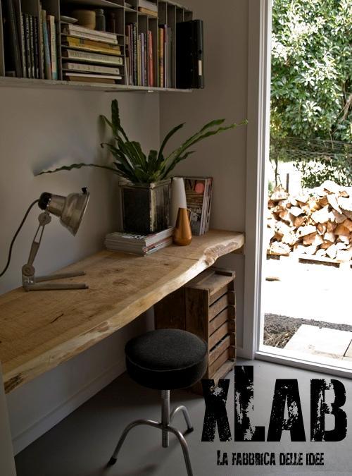 Scrivania sospesa in legno massello di castagno xlab for Scrivania legno