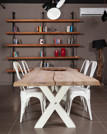 Tavolo in legno grezzo artigianale