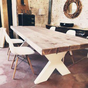 Tavolo in legno massello di larice gambe a X verniciate bianche Roger