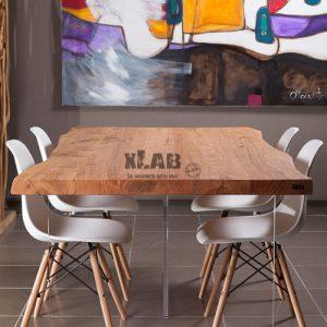 Tavolo in legno sospeso con gambe trasparenti Aire