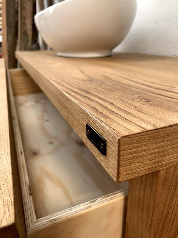 dettaglio apertura cassetto estrazione totale mobile bagno legno rustico guide in acciaio