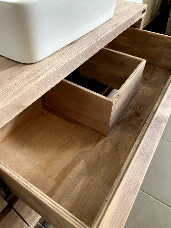 dettaglio cassetto in legno massello per mobile da bagno Almira artigianale xlab design