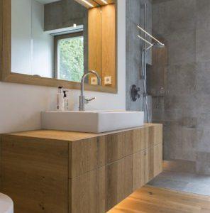 Mobile bagno sospeso con cassettone in legno listellare di rovere per lavabi da appoggio