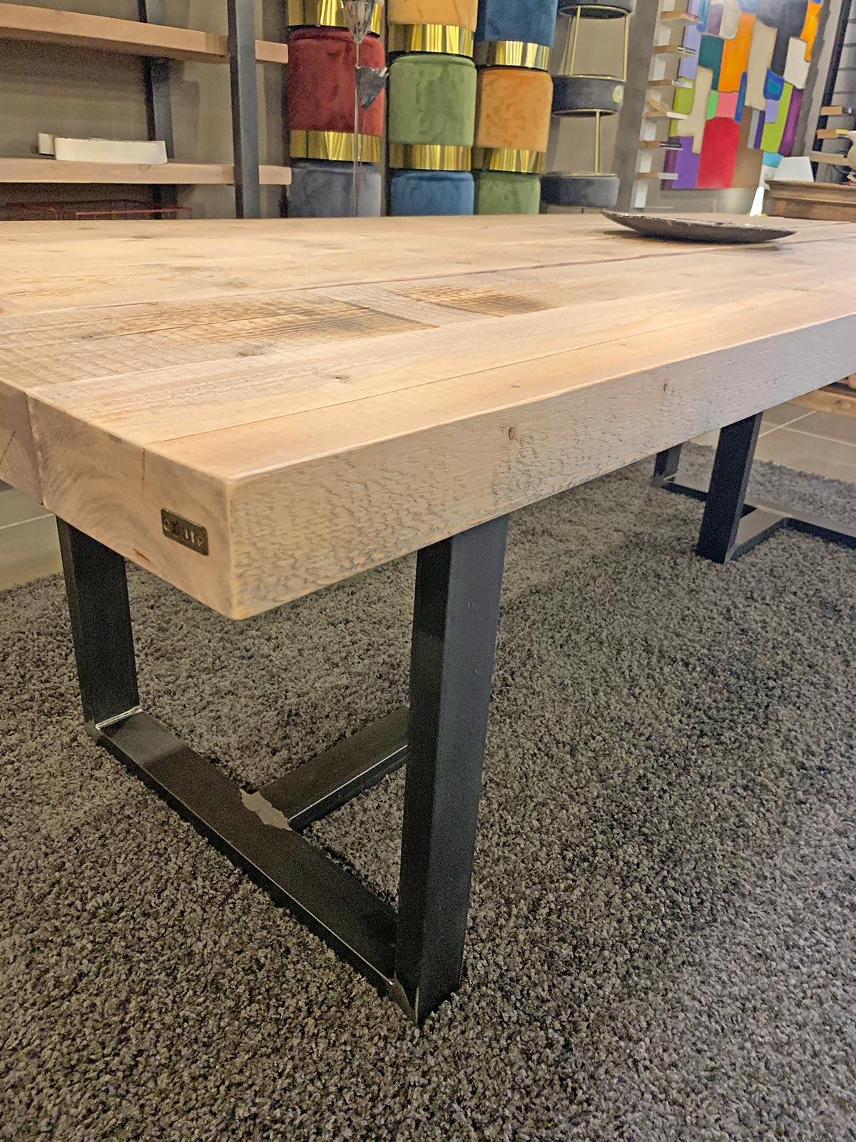 Tavolo in legno grezzo effetto rustico thor sconto for Tavolo legno grezzo