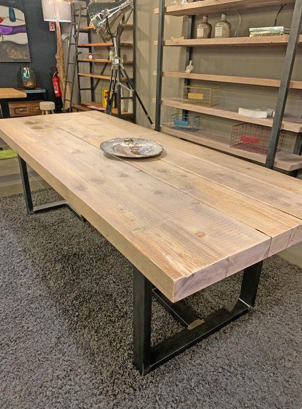 Tavolo in legno grezzo effetto rustico
