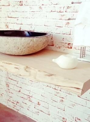 Mensole e piani lavabo in legno