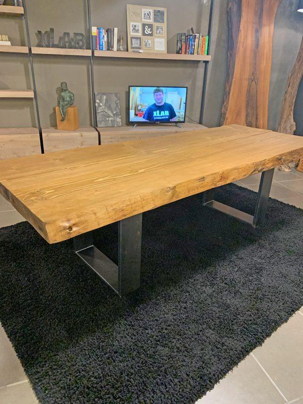 Tavolo in legno massello rustico con gambe in ferro Taty