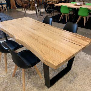 Tavolo da cucina in legno di castagno bordi rustici gambe in ferro Drake