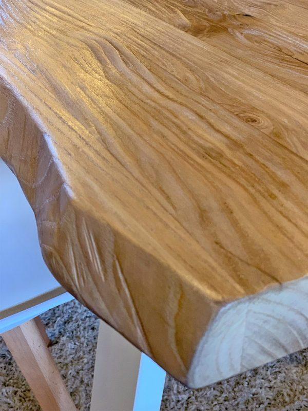 dettaglio bordo rustico tavolo legno massello