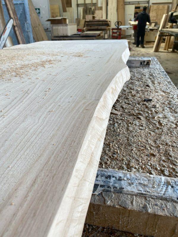 dettaglio lavorazione falegnameria tavolo legno rustico grezzo