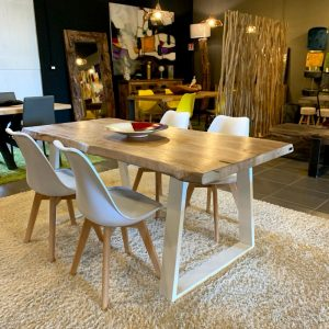 Tavolo in legno massello con gamba a trapezio bianca