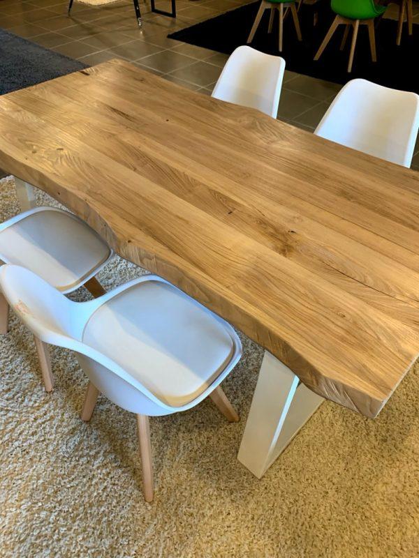 tavolo legno massello rovere rustico bordi ondulati gambe in ferro trapezio