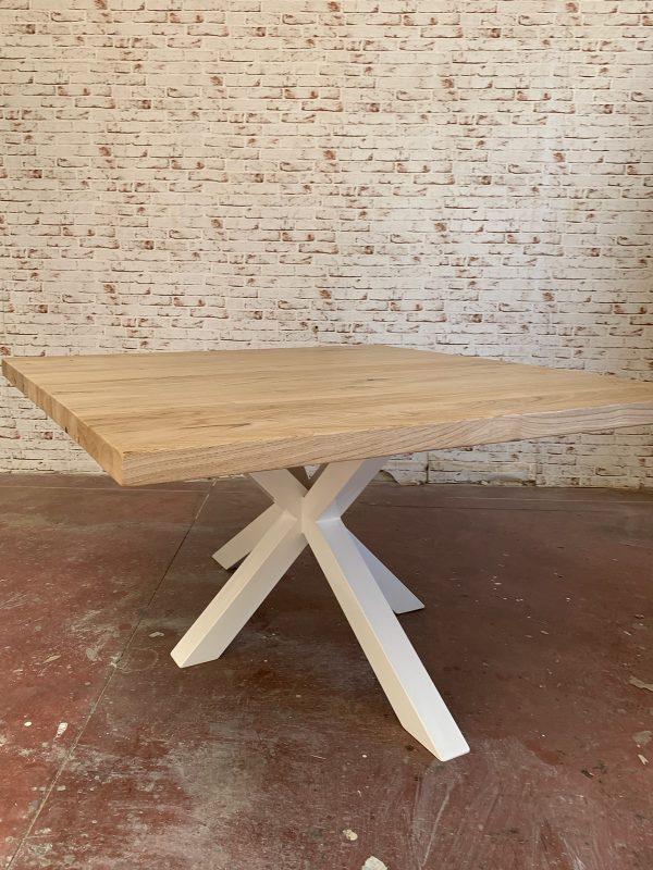 Tavolo quadrato in legno massello di castagno colore naturale e gamba a stella centrale in ferro colore bianco