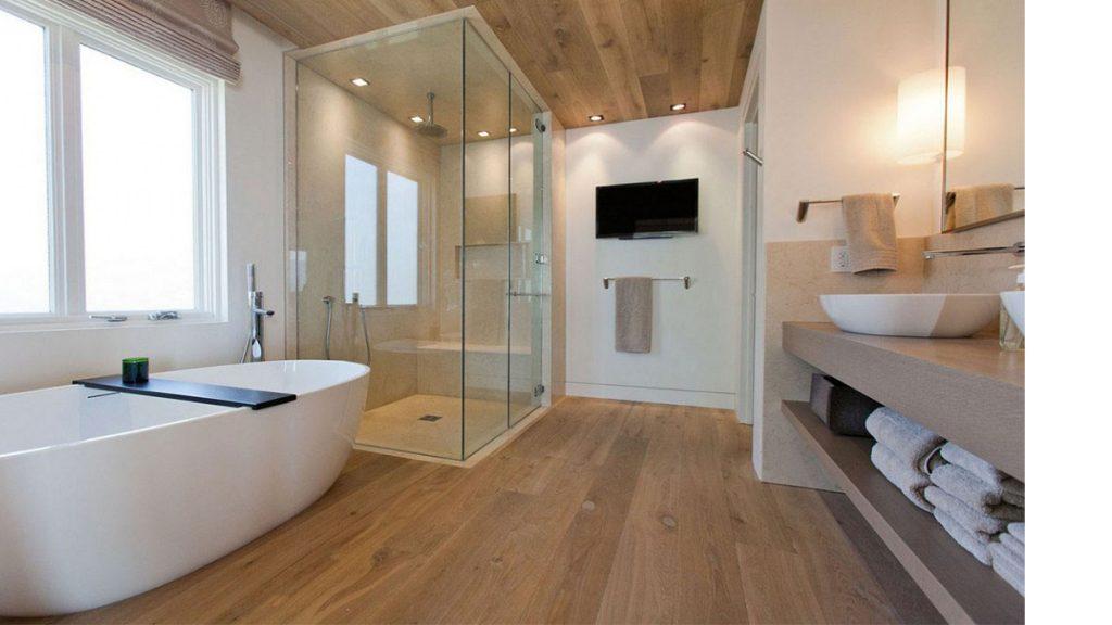 Bagno arredato con mobili, vasca e parquet