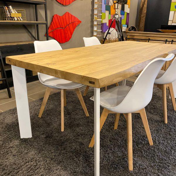 bordi lavorati sui tavoli da pranzo