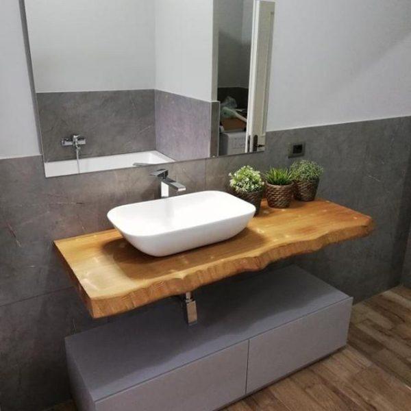 Arredo bagno in legno con cassettiera laccata e piano colore rovere effetto bruciato per lavabi da appoggio