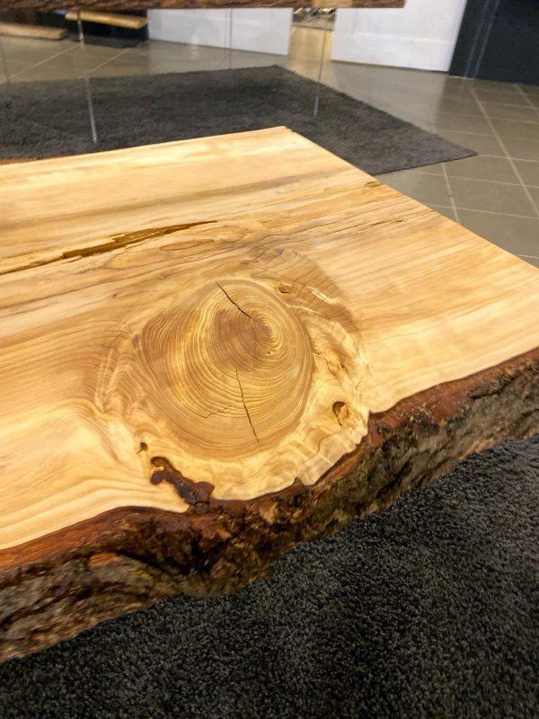 tavolo in legno massello di cedro con gambe trasparenti in plexiglass