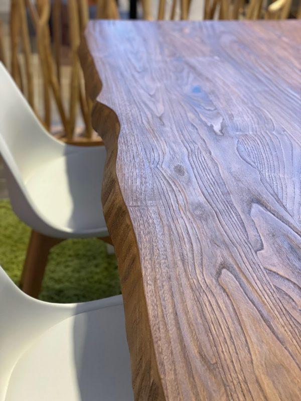 Particolare del bordo ondulato del tavolo da cucina in legno rustico