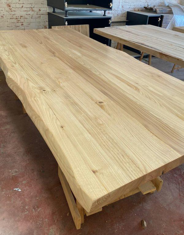 fase di finitura tavolo da pranzo legno massello con bordi rustici artigianale xlab design