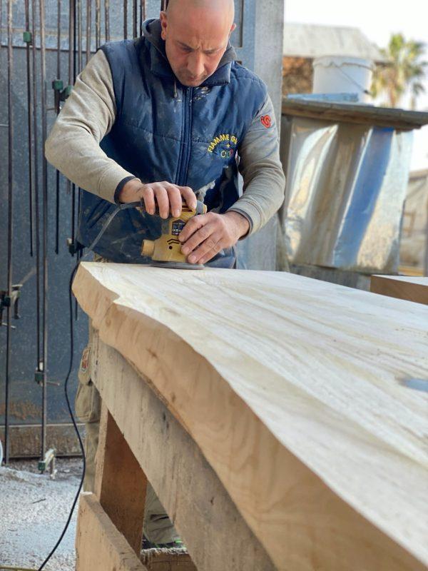 fase di lavorazione tavolo in legno massello con bordi rustici naturali xlab design