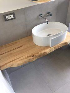 Mensola bagno in legno di castagno con bordo ondulato sagomato