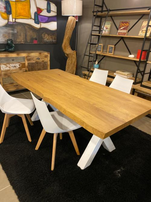Tavolo in rovere massello nodato rustico di design con bordo ondulato