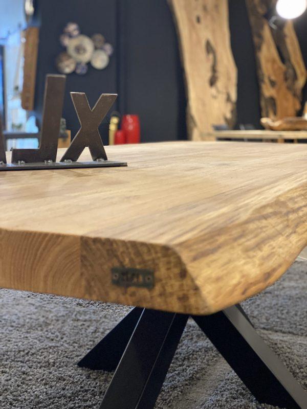particolare del tavolo in legno massello bordo rustico di rovere nodato xlab design