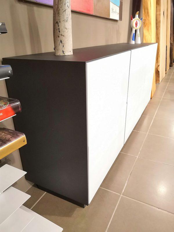 madia di design moderno con cassetti bianchi struttura in ferro grigio antracite per la zona pranzo o soggjorno xlab design