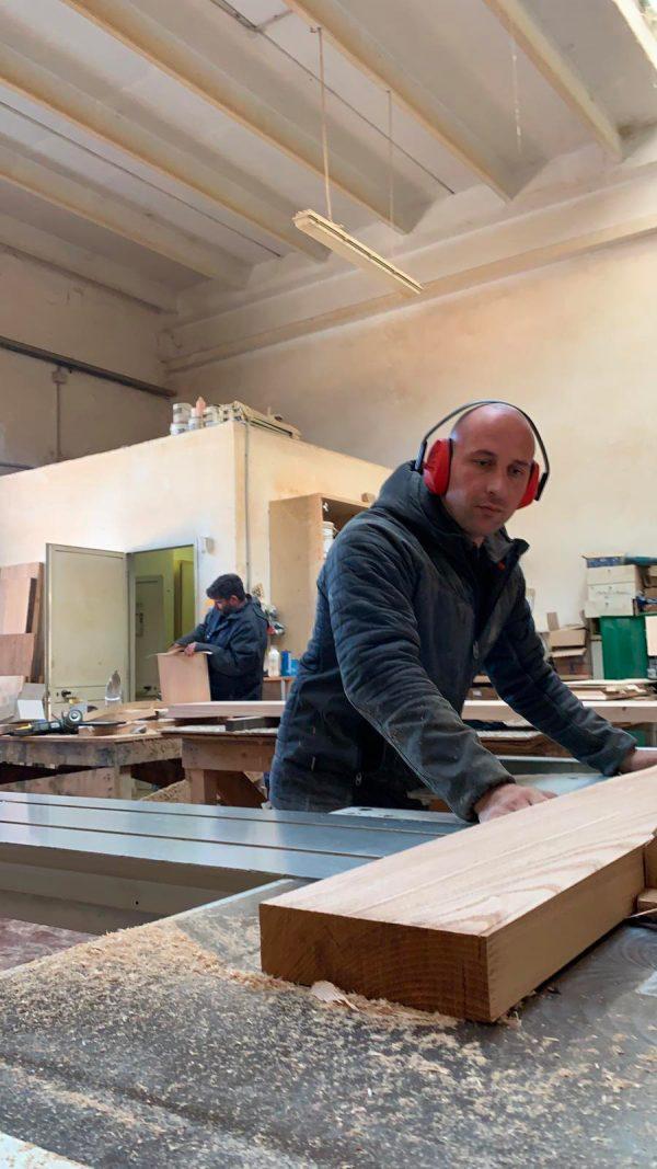 taglio lavorazione legno massello tavolo da cucina con gamba in ferro xlab design