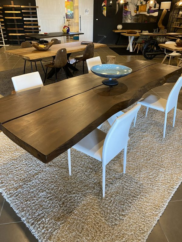 Tavolo con assi di legno di noce massello con bordo segato effetto ondulato