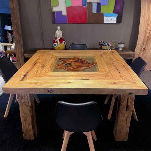 Tavolo in legno di castagno antico con decorazione in resina epossidica _ Diamante