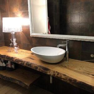 Arredare il bagno con mensole in legno massello taglio tronco Sally